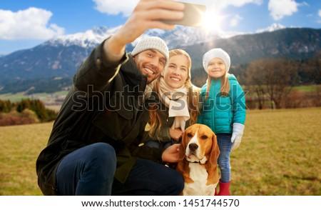 Famiglia smartphone alpi tempo libero persone Foto d'archivio © dolgachov