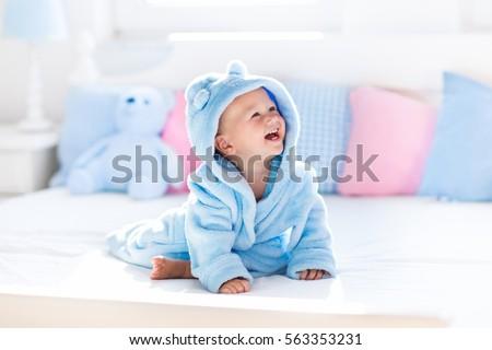Cute baby jongen bed spelen gelukkig Stockfoto © Len44ik