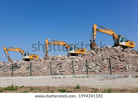 Estrada de cascalho construção escavadeira atrás árvore Foto stock © PixelsAway