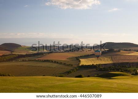 Balão de ar quente voador campo de golfe vale pôr do sol surpreendente Foto stock © CaptureLight