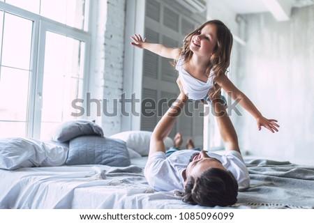 пару · кровать · дочь · домой · молодые · смеяться - Сток-фото © lopolo