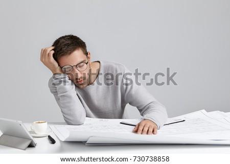 Stock fotó: üzletember · álmos · építészeti · tervek · asztal · üzlet