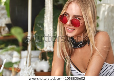 Horizontaal shot Rood vrouw zonnebril gericht Stockfoto © vkstudio