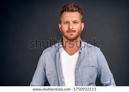 Atrakcyjny brodaty mężczyzna wygląd zielone Zdjęcia stock © vkstudio