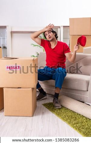 Fiatal beszállító dobozok dolgozik bent férfi Stock fotó © Elnur
