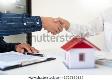 Ház fejlesztők vásárló kezet fog megállapodás befejezés Stock fotó © snowing