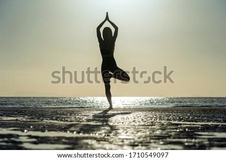 Kadın yoga açık plaj gün batımı Stok fotoğraf © Maridav