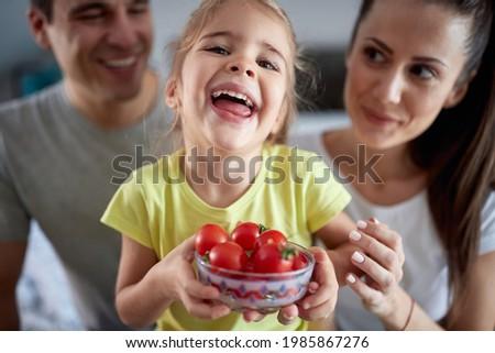 sevimli · kadın · poz · çanak · mutfak - stok fotoğraf © wavebreak_media