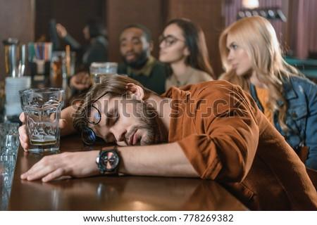 4287428_pijany-cz%C5%82owiek-biznesmen-garnitur-funny-alkoholu.jpg