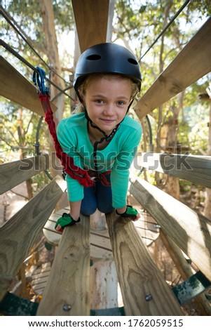 Nina casco cruz obstáculo forestales Foto stock © wavebreak_media