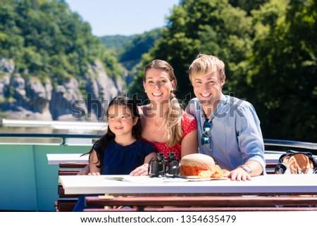 Familie · Fluss · Kreuzfahrt · schauen · Berge · Schiff - stock foto © kzenon