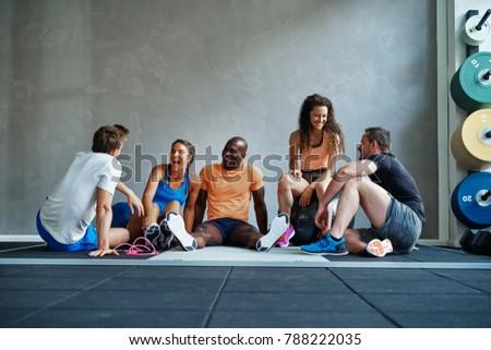Znajomych odzież sportowa mówić śmiechem wraz grupy Zdjęcia stock © boggy
