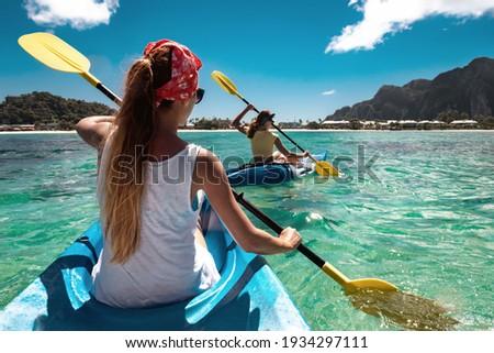 Jonge vrouw zee kajakken rivier vrouw meisje Stockfoto © Lopolo
