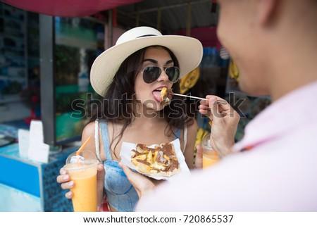 jonge · vrouw · toeristische · lopen · straat · markt - stockfoto © galitskaya