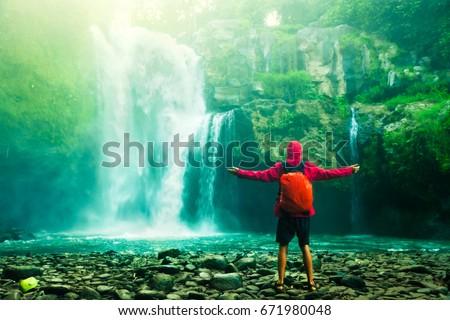 Feliz homem surpreendente tropical cachoeira Foto stock © galitskaya
