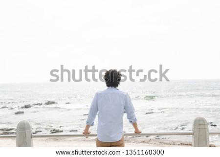 Achteraanzicht jonge kaukasisch man permanente zee Stockfoto © wavebreak_media