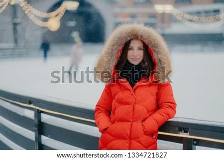 Atraente mulher jovem vermelho quente jaqueta gelo Foto stock © vkstudio