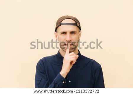 Vízszintes lövés jóképű fiatal férfi modell ujj Stock fotó © vkstudio