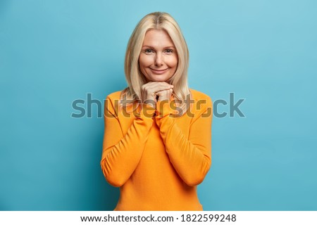 Tiro grave femenino mano barbilla Foto stock © vkstudio