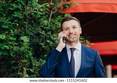 Homme entrepreneur travail smartphone médicaux masque Photo stock © vkstudio