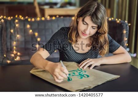 Fiatal nő kifejezés fehér papír zöld díszítő Stock fotó © galitskaya