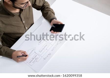 Jonge tijdgenoot ingenieur boekhouder pen smartphone Stockfoto © pressmaster