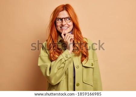 Otimista mulher distância longo Foto stock © vkstudio