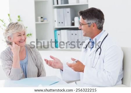 フロント 表示 白人 男性医師 シニア 女性 ストックフォト © wavebreak_media