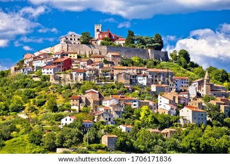 Pittoresque historique ville idyllique vert colline Photo stock © xbrchx