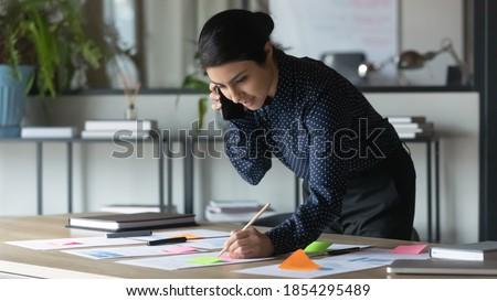 vrolijk · zakenvrouw · armen · gevouwen · geïsoleerd - stockfoto © stockyimages