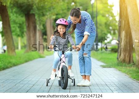genitori · figlia · biciclette · parco · famiglia - foto d'archivio © Paha_L