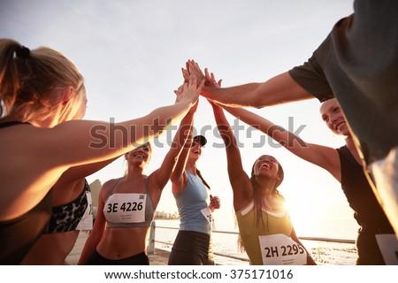 Foto stock: Grupo · caber · mulheres · high · five · outro · bota