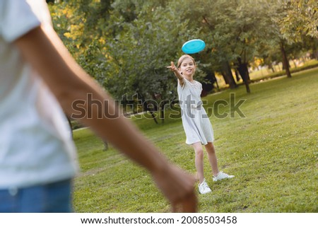 jugando · hierba · parque · familia - foto stock © is2