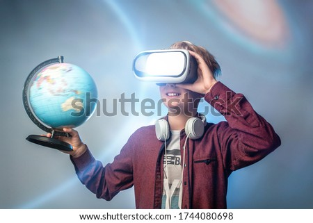 Băiat virtual realitate setul cu cască Imagine de stoc © wavebreak_media