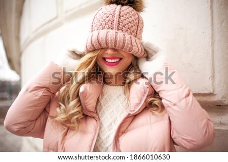 Modieus vrouw warm trui mooie vrouw poseren Stockfoto © NeonShot
