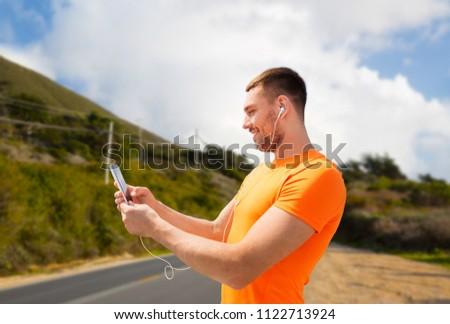 Férfi okostelefon fülhallgató nagy fitnessz sport Stock fotó © dolgachov