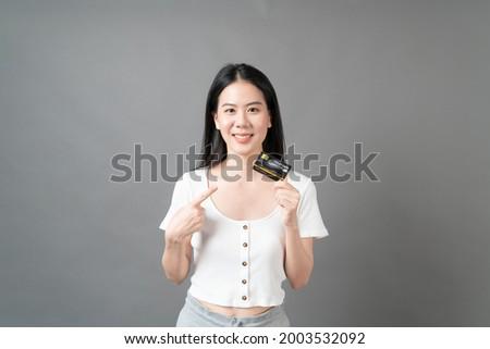 Ziemlich jungen Kunden Bankkarte Smartphone Stock foto © pressmaster