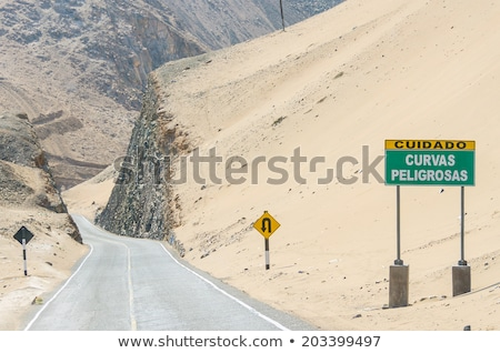 ペルー · 幹線道路の標識 · 緑 · 雲 · 通り · にログイン - ストックフォト © kbuntu