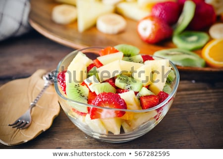 Primer plano ensalada de fruta cocina mujer mano casa Foto stock © pxhidalgo