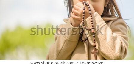 Rosenkranz Holz Perlen Kreuz hängen isoliert Stock foto © Klinker