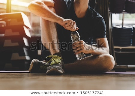 Fitness man vergadering vloer drinkwater Stockfoto © deandrobot