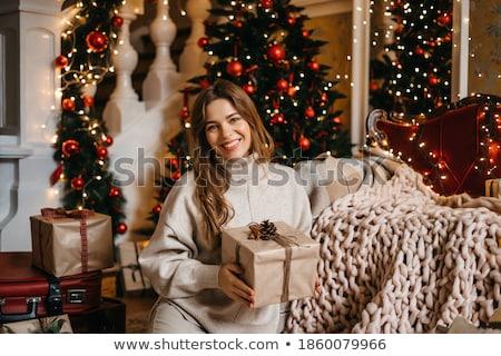 echtgenoot · vrouw · geschenk · woonkamer · zoenen · glimlachend - stockfoto © monkey_business