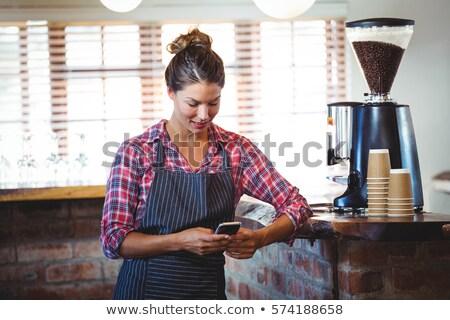 Pincérnő mobiltelefon étterem fiatal állás női Stock fotó © wavebreak_media