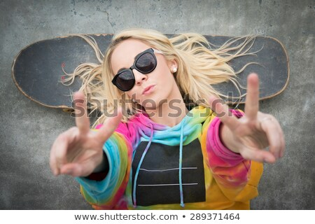 Barış imzalamak patenci kız el Stok fotoğraf © keeweeboy