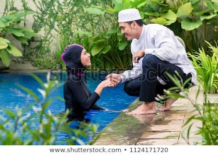 Moslim vrouw zwembad groet echtgenoot meisje Stockfoto © Kzenon