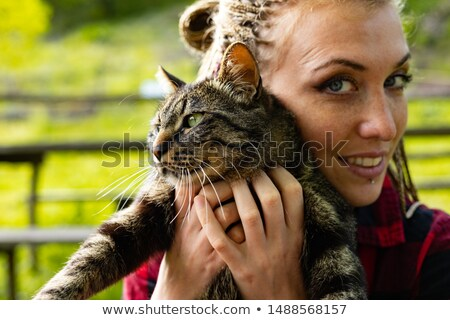 vrouw · knuffelen · kat · ontspannen · sofa · home - stockfoto © giulio_fornasar