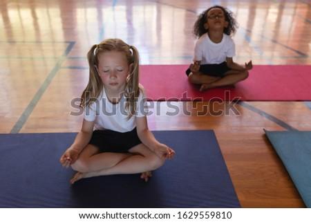 Schoolmeisjes yoga mediteren yogamat Stockfoto © wavebreak_media