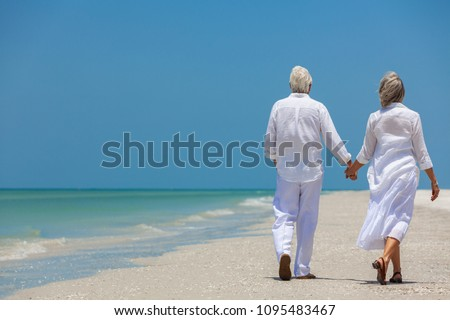 Hátsó nézet aktív idős pár sétál kéz tengerpart Stock fotó © wavebreak_media