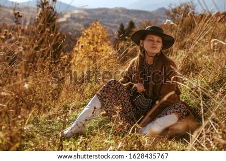 Jovem elegante senhora elegante marrom casaco Foto stock © pressmaster