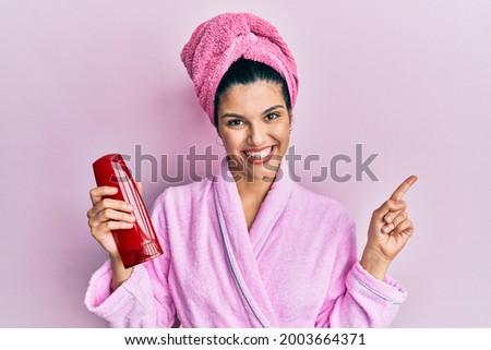 Optimista fiatal nő tart üveg sampon fotó Stock fotó © deandrobot
